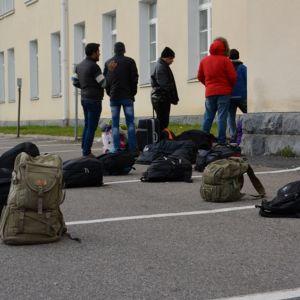 Turvapaikanhakijoita Tornion järjestelykeskuksen edessä.