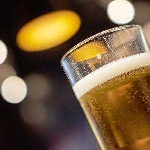 Olutta lasissa.
