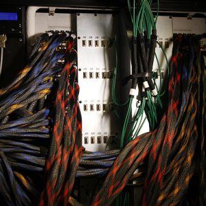 Datakeskuksen palvelin, taustalla on paljon piuhoja