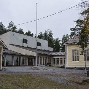 Kuvassa Ruusulehdon koulu.