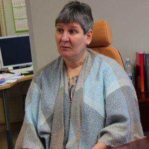 Annikki Niiranen istuu työpöytänsä ääressä