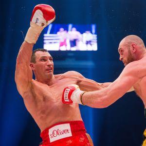 Vladimir Klitshko (vas.) ja Tyson Fury raskaan sarjan titteliottelussa Düsseldorfissa.