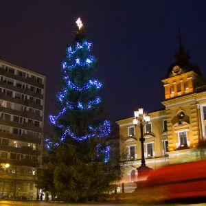 Joulukuusi Oulun kaupungintalon edessä