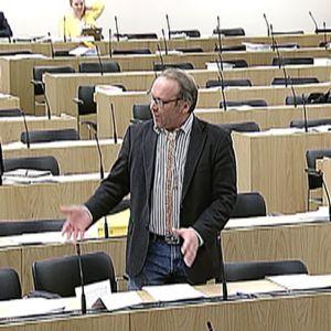 Teuvo Hakkarainen puhuu eduskunnassa.
