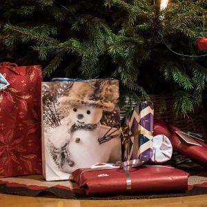 Joululahjoja kuusen alla.