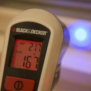 Infrapunalämpömittari näyttää ikkunankarmien lämpötiloja.