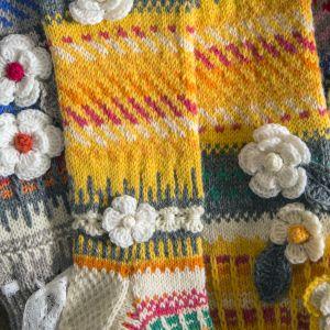 Kirjavia villasukkia pöydällä.