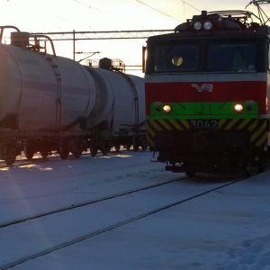 Kemikaalikuljetus ja tavarajuna Turun ratapihalla.