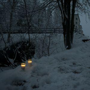 Kynttilöitä onnettomuuspaikalla