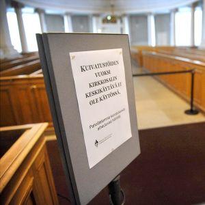Puhaltimet kuivattivat Helsingin tuomiokirkon keskikäytävää lauantaina 30. tammikuuta 2016.