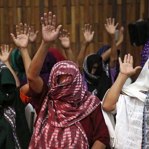 Seksiorjina käytetyt naiset olivat peittäneet päänsä huiveilla, kun he saapuivat seuraamaan eläkkeellä oleva upseeri Esteelmer Reyes Gironin ja puolisotilaallisten joukkojen edustaja Heriberto Valdez Asijin oikeustuomiota.
