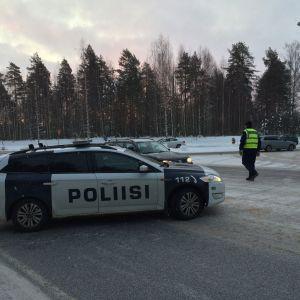 Poliisi ohjaa liikennettä