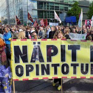 Opiskelijat osoittivat mieltään Helsingissä 15. kesäkuuta 2015.