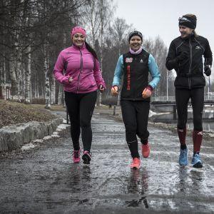 Kaksi Kokkolan Sports Clubin juoksukoululaista lenkillä ohjaajansa kanssa.