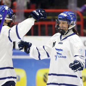 Marjukka Virta ja Anne Pohjola juhlivat maalia.