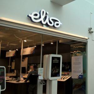 Elisan ja Anvian myymälät vierekkäin Seinäjoen Epstori-kauppakeskuksessa.