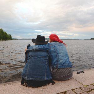 Pariskunta Kuopion satamassa.