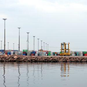 Kontteja rivissä HaminaKotkan Mussalon satamassa mereltä käsin nähtynä.