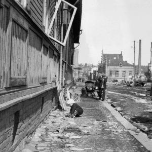 Lapsi leikkii kadulla Tampereella sisällissodan päätyttyä.