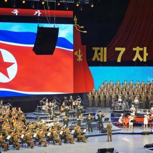 Yleiskuva konsertista. Moranbongin kanssa esiintyi Pohjois-Korean armeijan kuoro ja orkesteri.