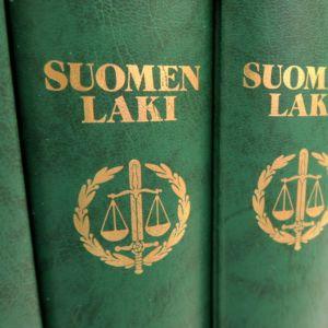 Suomen laki -kirjoja vierekkäin