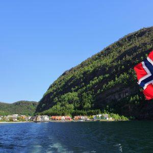 Norjan lippu risteilyaluksen perässä Modalenin kylässä Norjassa.