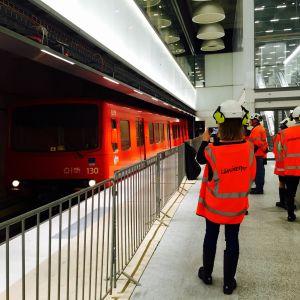 Metrojuna saapuu Tapiolan keskeneräiselle asemalle.