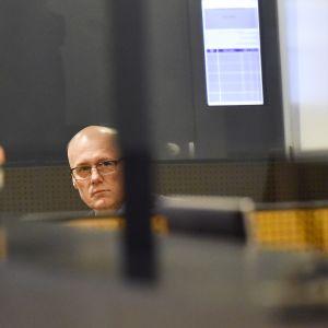 Lääkärinä esiintyneen Esa Laihon henkirikossyytteitä alettiin käsitellä Helsingin käräjäoikeudessa helmikuussa 2016.
