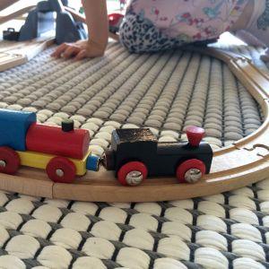 lapsi leikkii junaradalla