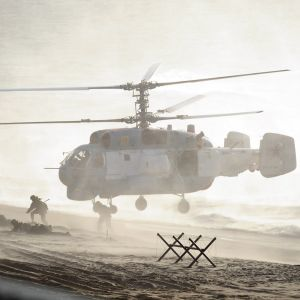 helikopteri ja sotilaita rannalla