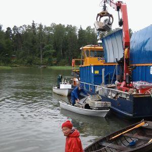 Otto-lautta Komsalössä lastaamassa jätteitä kyytiin.