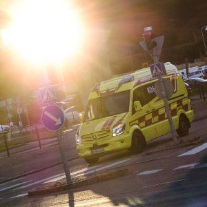 Ambulanssi liikennevaloissa lähellä Marian sairaalaa Helsingissä.