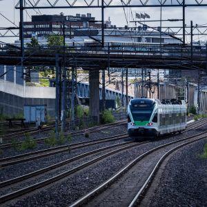 Juna saapuu Ilmalan asemalle.
