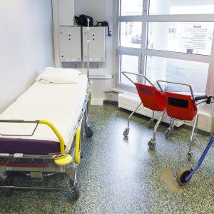 Sairaalasänky ja pyörätuoleja.
