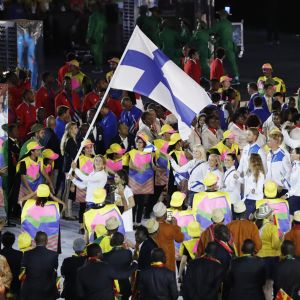 Suomen urheilijat marssivat avajaisissa.