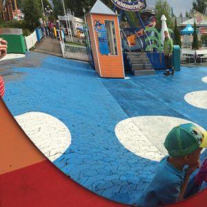 Särkänniemen huvipuisto pyöreiden peilien kautta kuvattuna.