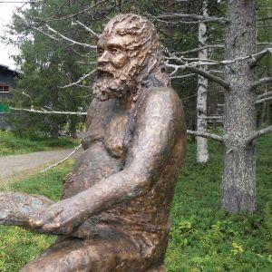 Pronssinen Reidar tervehtii vieraita museopolun alkupäässä.