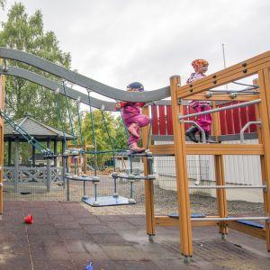 Lapsia leikkimässä ulkona Niiralan päiväkodissa.