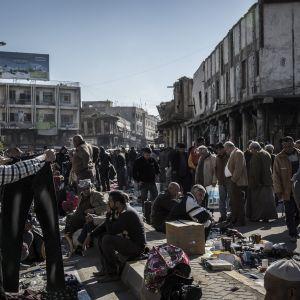 Bagdadissa on  paljon väkeä liikkellä, mutta ihmiset pyrkivät usein pysyttelemään omilla asuinalueillaan. Kuvat helmikuulta 2016.