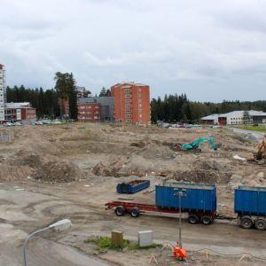 Uuden sairaalan alta on siirrettu maata 3000 kuution päivävauhdilla elokuun ajan.