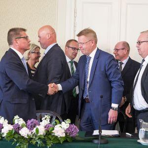 Markku Jalonen, Vuokko Piekkala, Antti Palola, Jarkko Eloranta, Jyri Häkämies, Juha Sarkio ja Sture Fjäder kilpailykykysopimuksen allekirjoitustilaisuudessa.