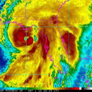 Myrskyä kuvaava satelliittikuva, jossa myrskyn keskus on kuvattu tummanpunaisella värillä, reuna-alueet keltaisella. Rannikko on kuvattu vaaleanpunaisella viivalla. Myrskyn keskus on aivan Floridan edustalla.