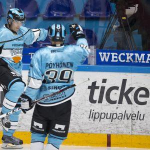 Aleksi Rekonen ja Marko Pöyhönen juhlivat Pelicans-maalia.