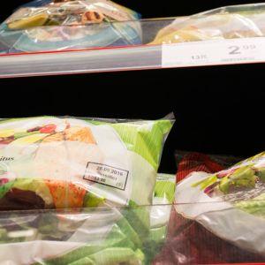 Salaattipusseja kaupan hyllyllä