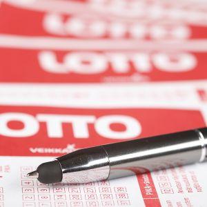 Kynä ja lottokuponkeja.