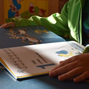 Lapsi lukee kirjaa.