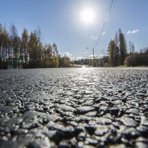 Viitostien uutta asfalttia Kuopion eteläpuolella.
