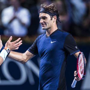 Roger Federer ja Rafael Nadal kättelevät.