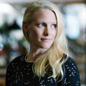 Laura Birn näyttelee elokuvassa nuorta kirjailijaa, Inka Pajusta. Hahmo perustuu Anja Snellmaniin.