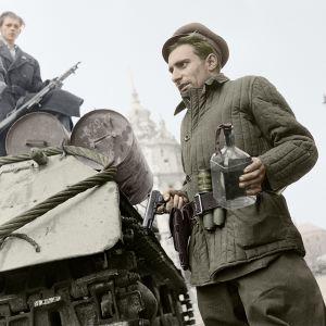Unkarilainen vapaustaistelija Molotovin cocktail kädessään vuonna 1956.